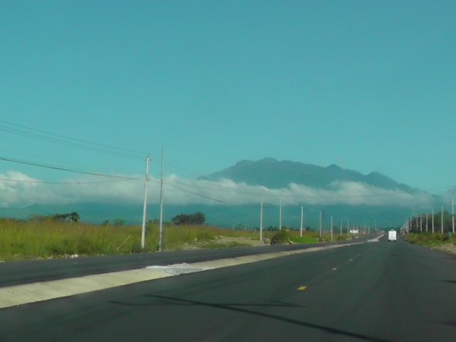 farther up the road, Volcán Barú getting closer, peak above the clouds