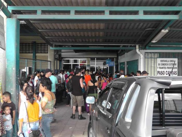 Things seemed much more orderly here. The line on the left is people coming IN to Costa Rica, and the line on the right is people going OUT of the country.