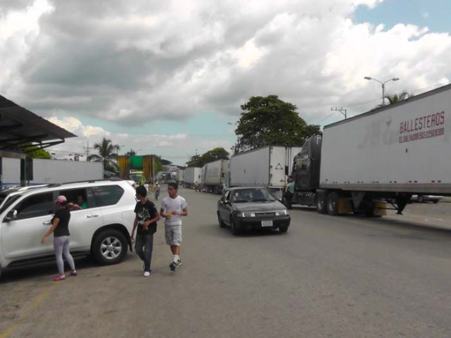 and this is the view to the left from the Costa Rica checkpoint. The line of trucks extended quite a ways!