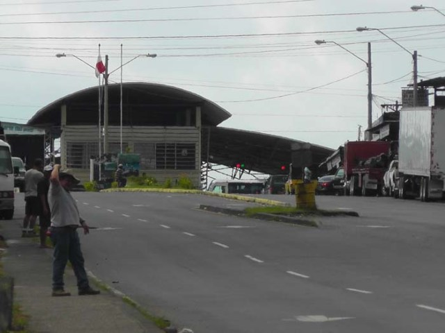 THIS is the building you are looking for! Trucks are leaving Panama on the right, and entering on the left. People are getting processed in the middle.