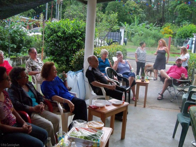 In this picture you can also see Dennis in red, husband of Rona, and David next to him, husband of Cindy. Amarilli and Holly had fun dancing, with Nikki, daughter of Jerry and Jennifer, and Scott is on the right, husband of Holly. Even the dogs thought they had to join the party. You can barely see Chucky behind Rona, but Bastard is in plain sight. (they live across the street and no, the family does not know what this word means in English LOL)