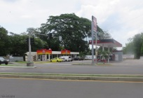 Farther down by the Parque de las Madres, I see this gas station is now finished and open, and there is a new Pio Pio also (fast food chicken)